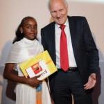 Dr. Jürgen Peters mit einer Mittelschülerin aus Eritrea